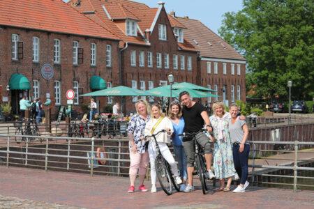 Gruppe macht Pause ihrere Fahrradtour am Hafen in Horumersiel