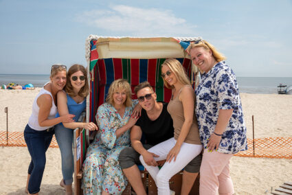 Gute Laune bei einer Gruppe im Strandkorb in Schillig