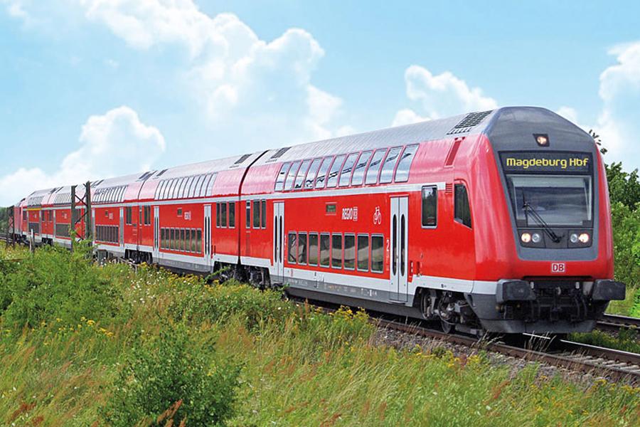 Zug der deutschen Bahn fährt durch Landschaft