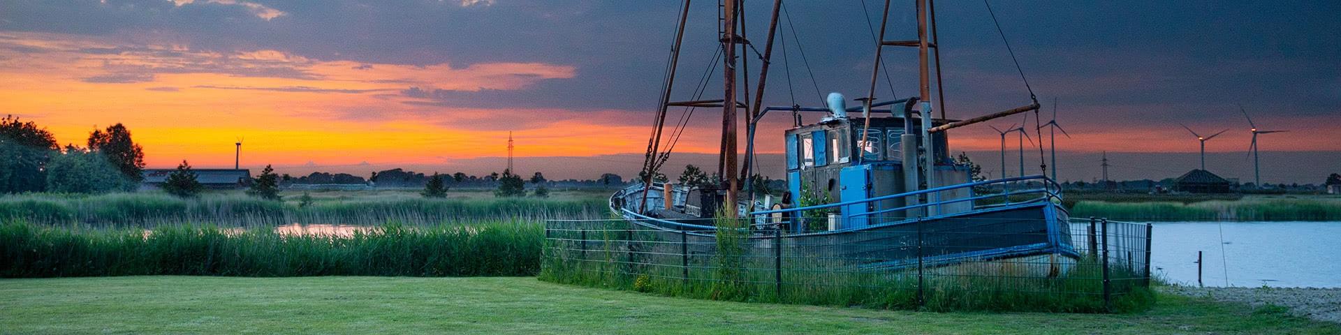 Altes Schiff im Wangerland bei Abendstimmung