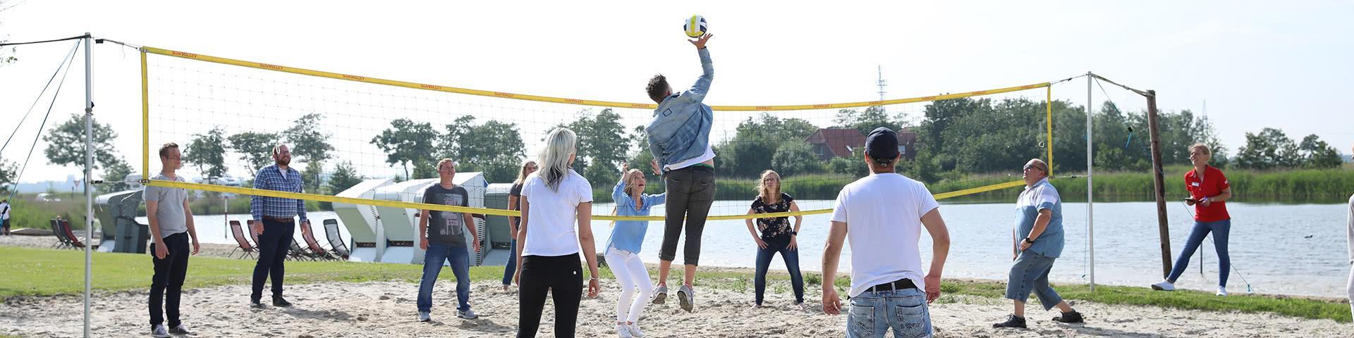 Gruppe spielt Beachvolleyball im Wangerland