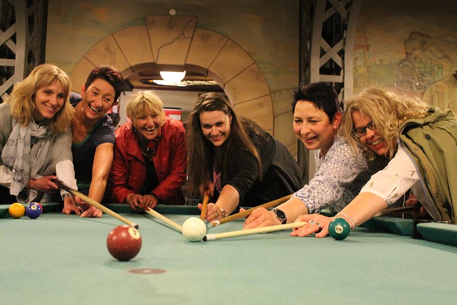 Gruppe spielt gemeinsam Billiard im Wangerland