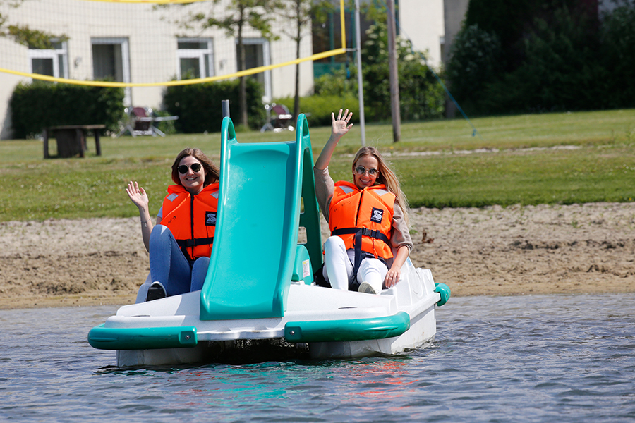 Zwei Frauen fahren Tretboot im Wangerland