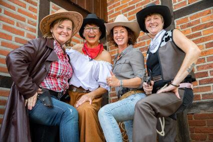 Gute gelaunte Frauengruppe im Wild-West-Kostüm im Wangerland